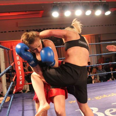 Cathy shots in a good Knee Strike to Polish champion Ciaskowska through the ropes at the Stormont Hotel